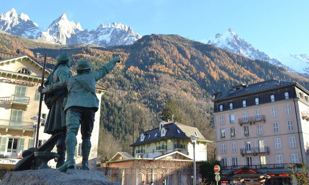 Chamonix Centre Ville et statue Balmat