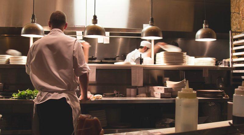 Cuisinier dans restaurant